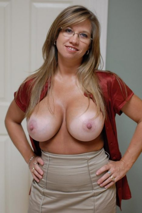 milf with her hands on hips 468x700 milf with her hands on hips