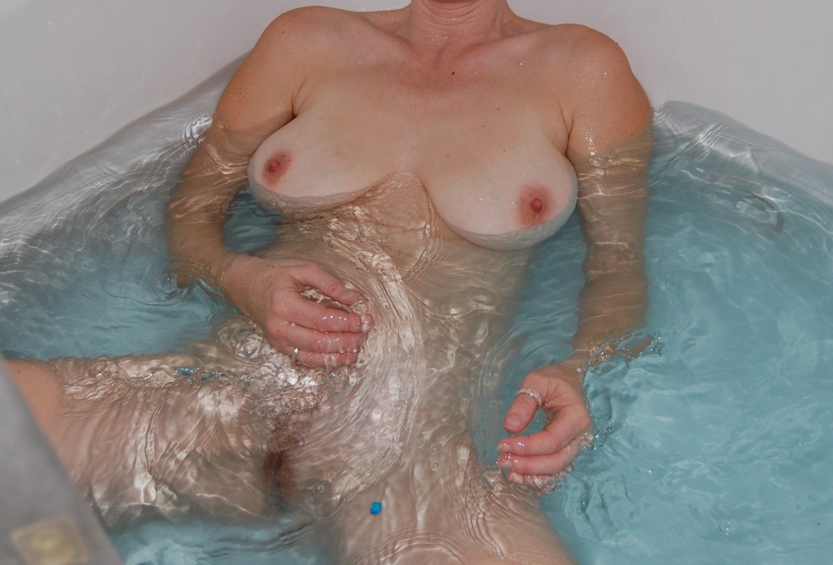 hot ca milf wife amature nude in tub flash tits pussy croped.JPG
